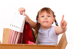 La petite fille est retournée de la vente avec des achats Images stock