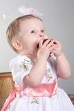 La petite fille est une pomme. photographie stock libre de droits