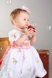 La petite fille est une pomme photos libres de droits