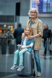 La petite fille et la dame âgée se tiennent dans le hall de attente Image libre de droits