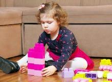 La petite fille et les cubes Photographie stock libre de droits