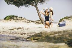 La petite fille et sa mère profitent d'un agréable moment au bord de la mer Photographie stock libre de droits
