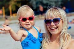 La petite fille et sa mère profitent d'un agréable moment au resor de bord de la mer Images libres de droits