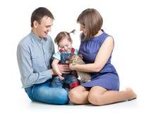 La petite fille et ses parents jouent avec le chaton Photo libre de droits