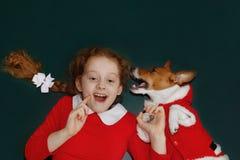 La petite fille et son chien amical chuchote Image libre de droits