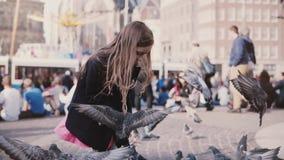 La petite fille européenne alimente des pigeons Mouvement lent Oiseaux de alimentation d'enfant féminin mignon heureux sur la pla clips vidéos
