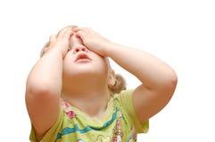 La petite fille a fermé des mains d'oeil Photos libres de droits