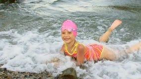 La petite fille flotte sur la mer banque de vidéos