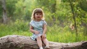 La petite fille frotte ses yeux dehors clips vidéos