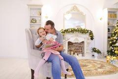 La petite fille gaie et le papa ayant l'amusement et dupent autour, rient a Image stock
