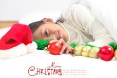 La petite fille heureuse célèbrent des vacances de Noël à la maison, nouvelle année images libres de droits