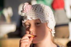 La petite fille heureuse mangent la pomme de terre Photographie stock libre de droits