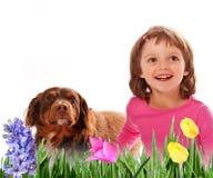 La petite fille heureuse quatre années et sources fleurissent Photo stock