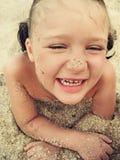 La petite fille heureuse rit en été images stock