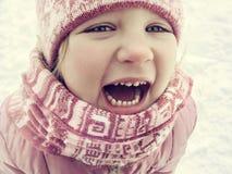 La petite fille heureuse rit en hiver Photographie stock libre de droits