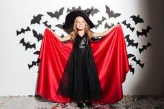 La petite fille heureuse s'est habillée dans la pose de costume de Halloween Photographie stock libre de droits