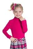 La petite fille heureuse se tient contre le blanc photos libres de droits