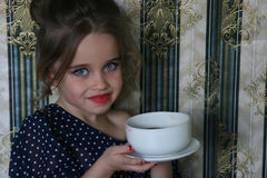 La petite fille hospitalière invite au thé Images libres de droits