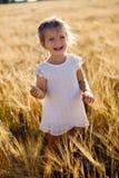 La petite fille hurle sur le champ Images stock