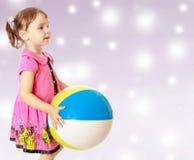 La petite fille jette la boule Photographie stock libre de droits