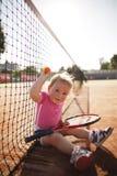 La petite fille joue au tennis Photo stock