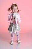 La petite fille joue avec le jouet de lapin Photographie stock