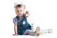 La petite fille joue des cubes Photographie stock