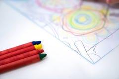 La petite fille joue et apprend au crayon de coloration sur le papier dans le restaurant de glace , Bangkok, Tha?lande photographie stock libre de droits