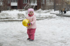 La petite fille joue sur le terrain de jeu au printemps photo libre de droits