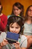 La petite fille joue un jeu vidéo photos stock
