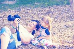 La petite fille joyeuse avec sa mère heureuse sont font la photo Photos stock