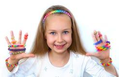 La petite fille la démontrant des travaux de métier à tisser frappe Image stock