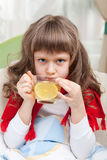 La petite fille malade dans le bâti prend la médecine Photo libre de droits