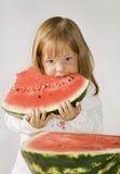 La petite fille mange la pastèque images libres de droits