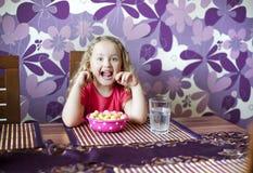 La petite fille mange Photos libres de droits