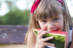 La petite fille mange la pastèque photos libres de droits