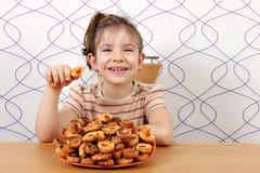 La petite fille mangent le bruschette Image stock