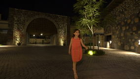 La petite fille marche dans la ville antique la nuit clips vidéos