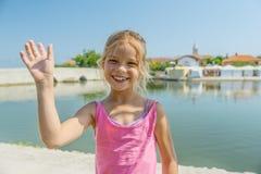 La petite fille marche près du pont inférieur, Nin, Croatie Photos libres de droits