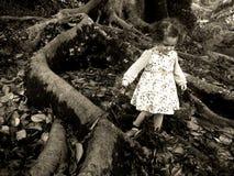 La petite fille marche sous un vieil arbre géant Photos stock