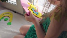 La petite fille mignonne coud un sac ? main rose banque de vidéos