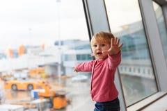 La petite fille mignonne dans l'aéroport, enfants voyagent Image stock
