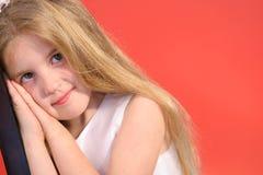 La petite fille mignonne drôle expriment photo libre de droits