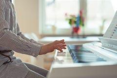 La petite fille mignonne a la formation avec le piano Photographie stock libre de droits