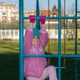 La petite fille mignonne joue au terrain de jeu Photos libres de droits