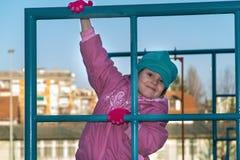 La petite fille mignonne joue au terrain de jeu Photographie stock