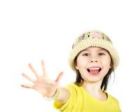 La petite fille mignonne montre heureusement une main ouverte photo libre de droits