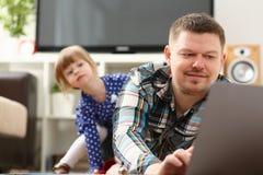 La petite fille mignonne observent sournoisement pour son papa photos libres de droits