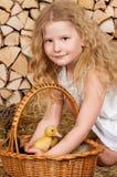 La petite fille mignonne a Pâques Images stock