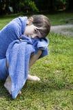 La petite fille mignonne s'enveloppent vers le haut en essuie-main Photos libres de droits